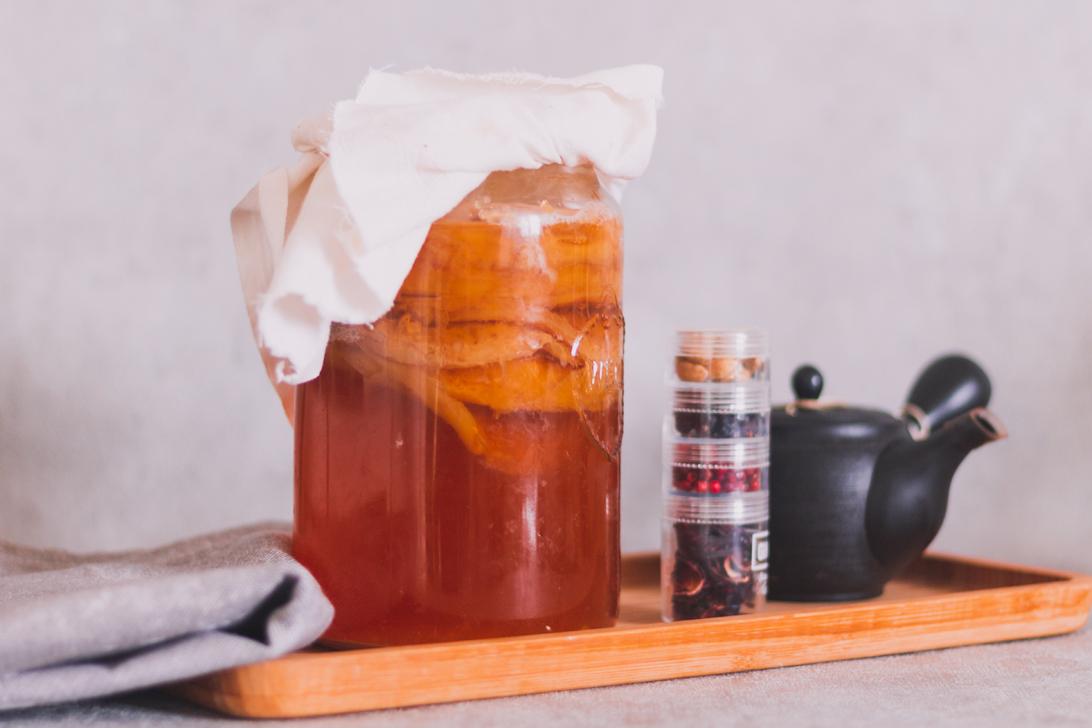 Kombucha mit Tee und Gewürzen