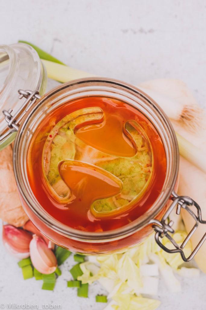 Kimchi mit Glasgewicht