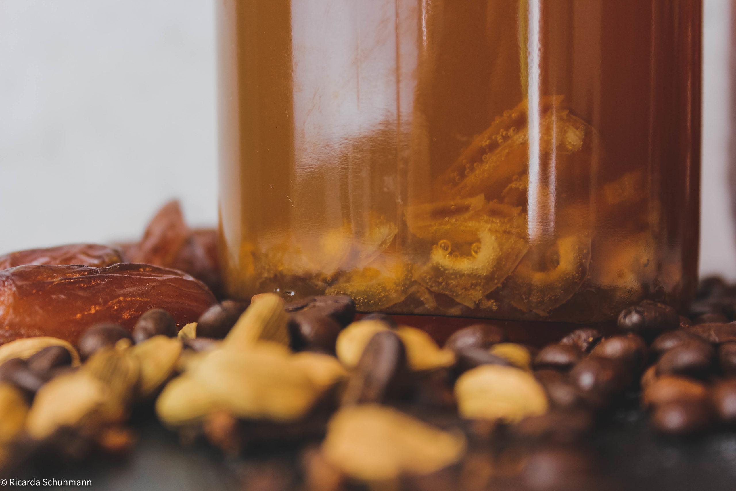 Orientalischer, probiotischer Kaffee mit Kombucha und Wasserkefir aufgebrüht.