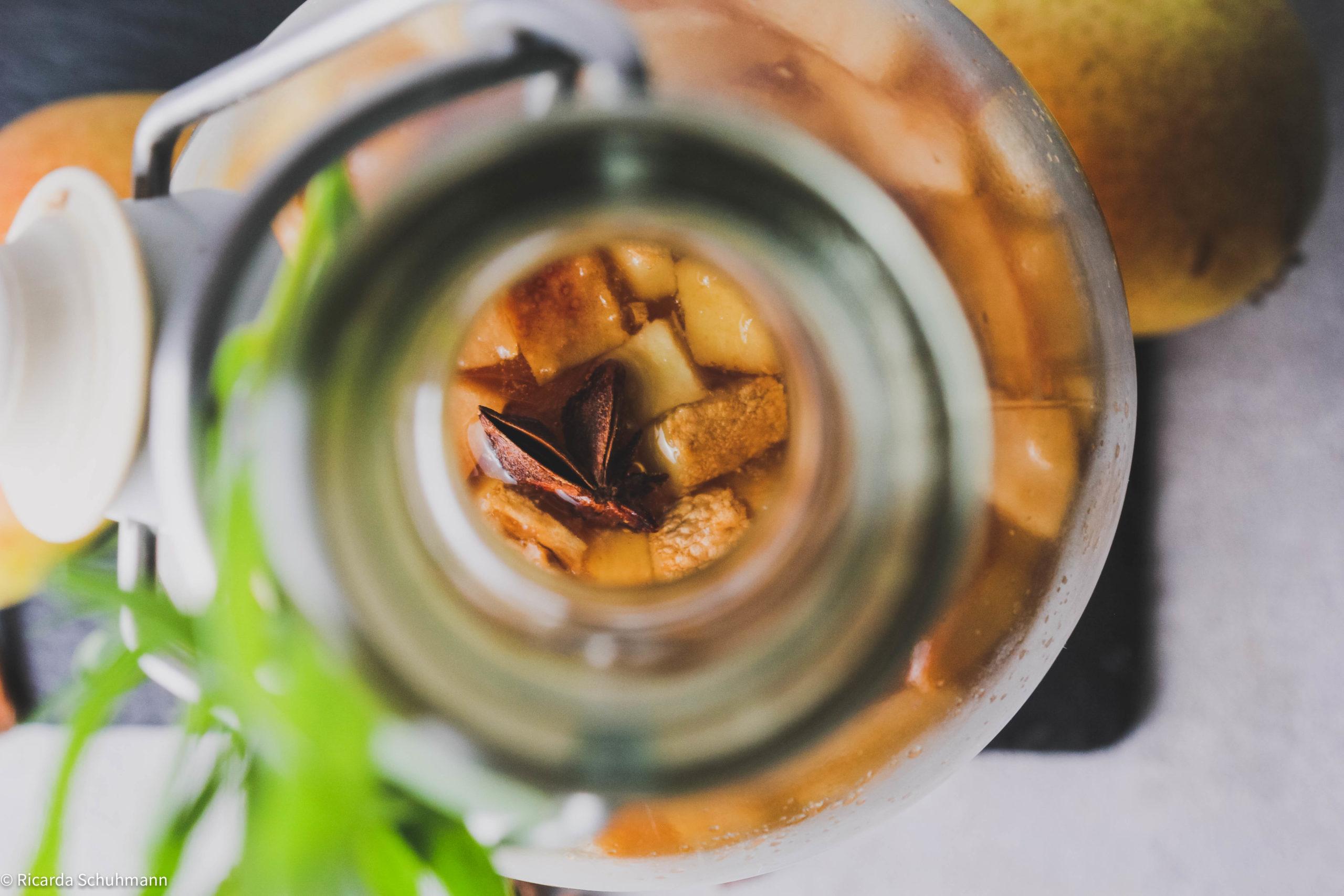 Kombucha mit Birne und Sternanins fermentiert.