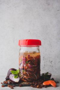 Würziger Zwiebelmix fermentiert in einem Ball Mason jar