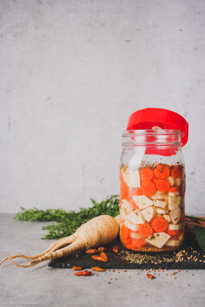 Pastinaken und Karotten im Einmachglas fermentiert.