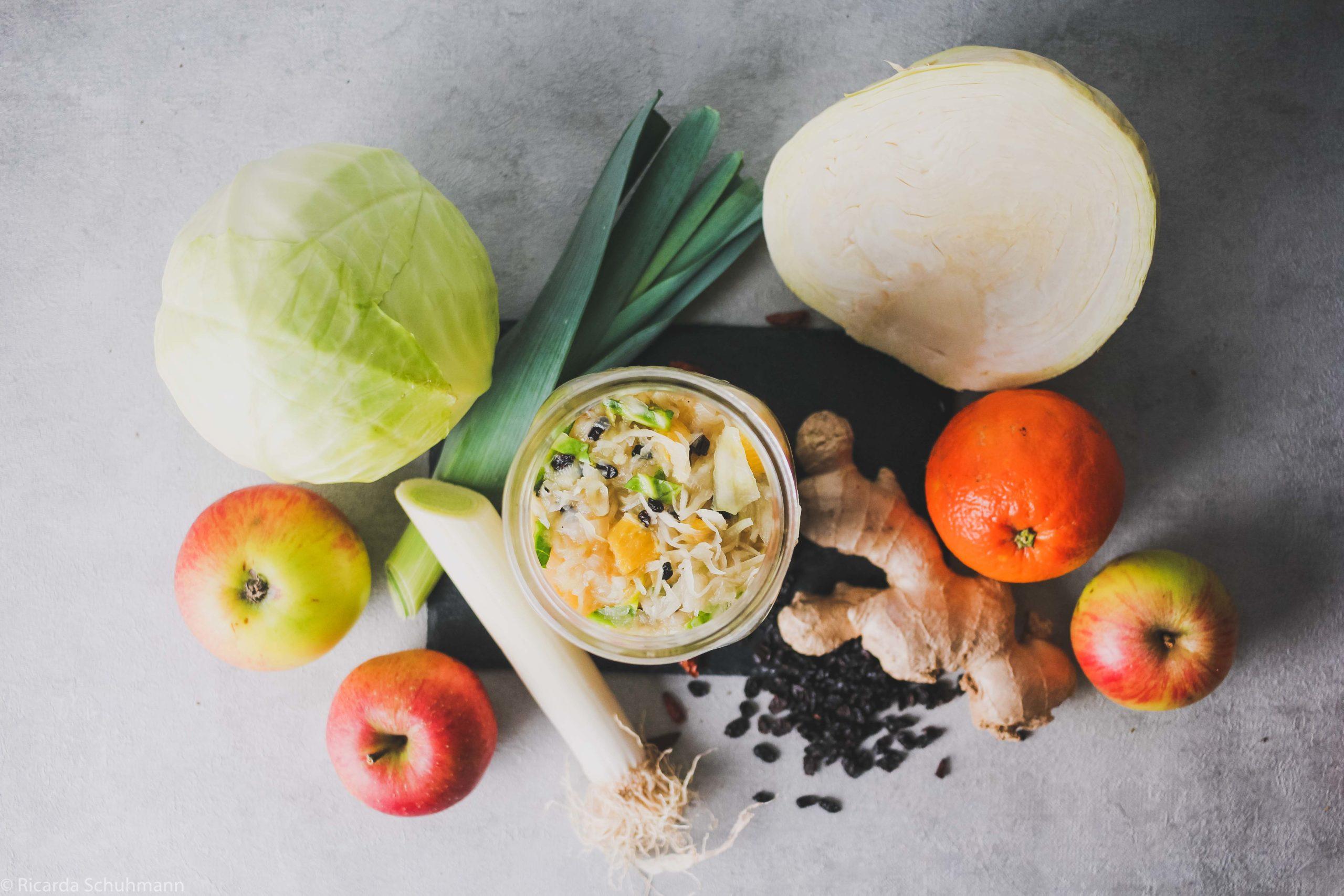 Sauerkraut mit Obst und Früchten fermentiert.