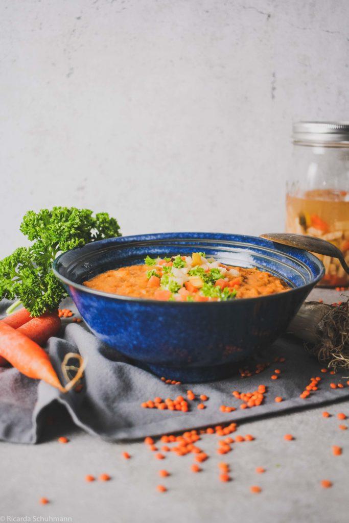 Rote Linsensuppe mit fermentiertem Suppengemüse