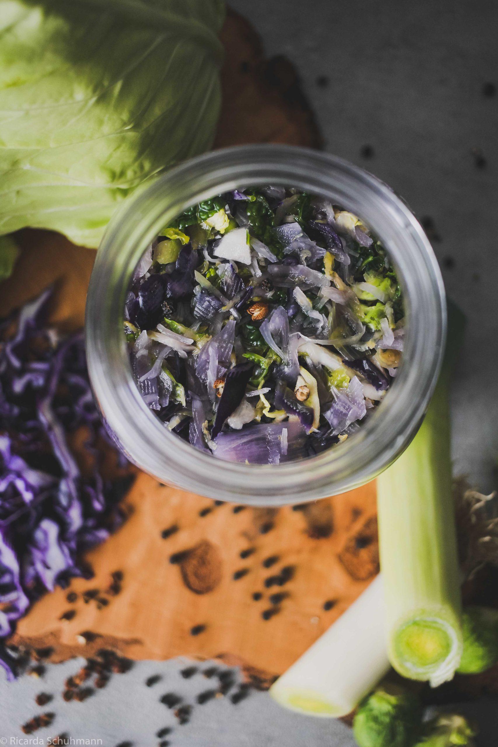 Spitzkohl fermentiert mit Wirsing, Rosenkohl, Rotkohl und Szechuan Pfeffer