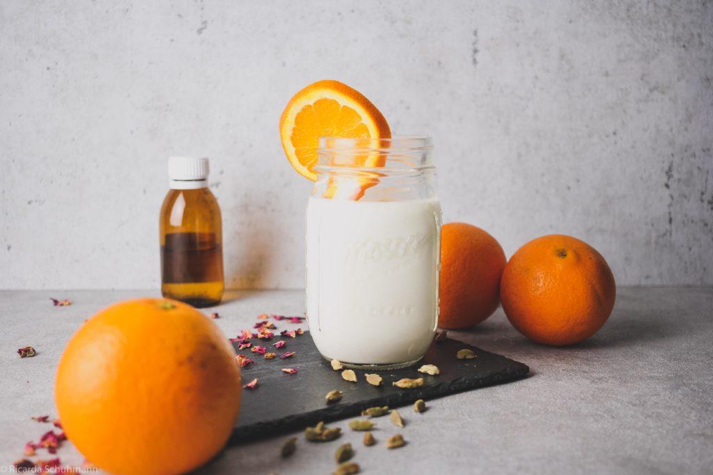 Orientalischer Milchkefir mit Orange, Kardamom und Rosenblütenwasser