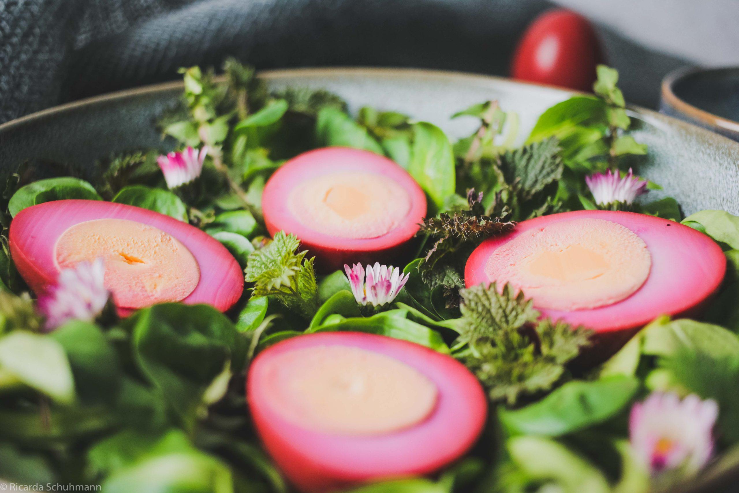 Eier eingelegt in Rote Bete-Kwass auf Wildkräutersalat