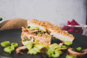 Vegetrarisches Sellerieschnitzel mit probiotischem Dip für den Schnitzeltag