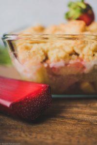 Rhabarber Crumble mit Sauerteig, Erdbeeren und Kefir