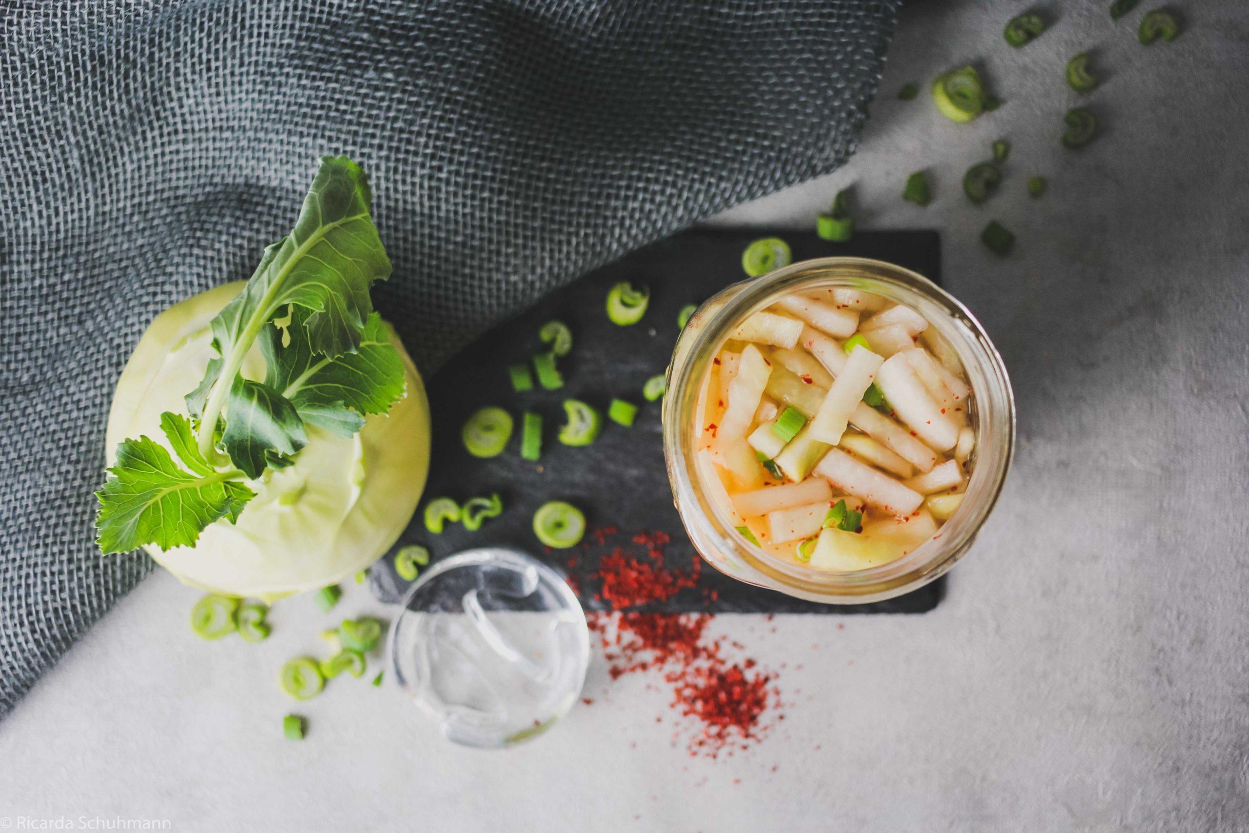 Kohlrabi fermentiert mit Chili und Frühlingszwiebeln