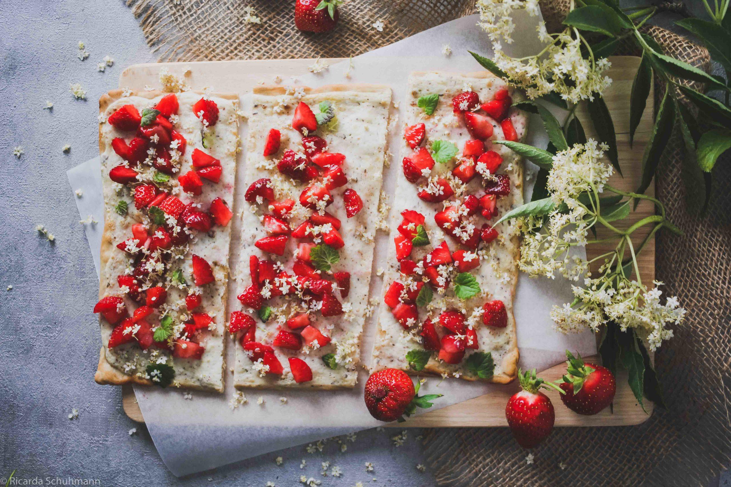 Flammkuchen aus Sauerteig mit Erdbeeren und Holunder