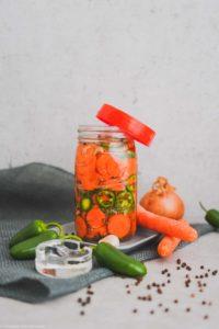 Würziger Karotten-Jalapeno-Mix mit Fermentationsequipment