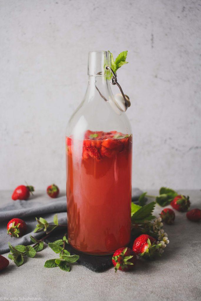 Kombucha mit Erdbeere und Minze fermentiert in der Zweitfermentation
