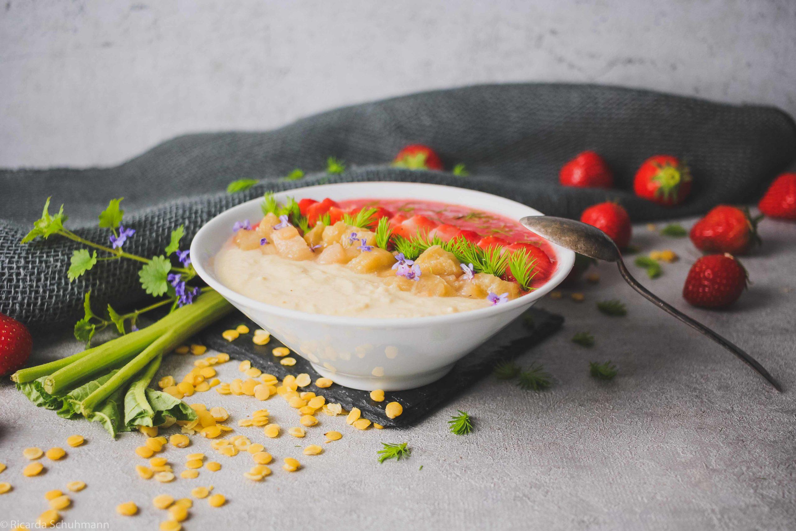Smoothie Bowl mit Linsen, Rhabarber und Erdbeeren