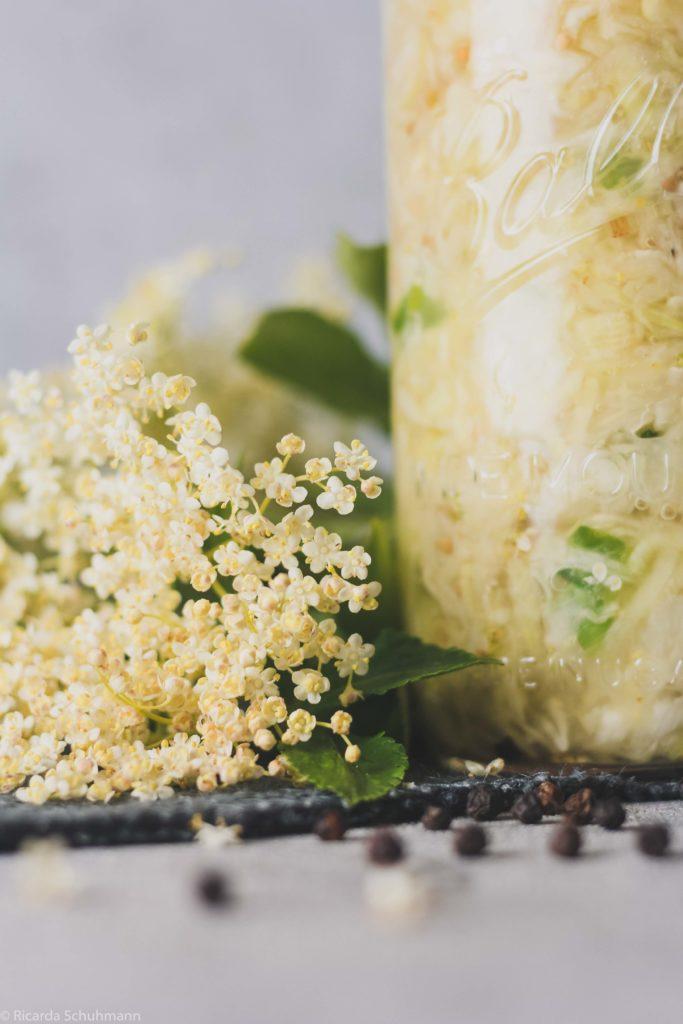 Sauerkraut mit HolunderblütenSauerkraut mit Holunderblüten