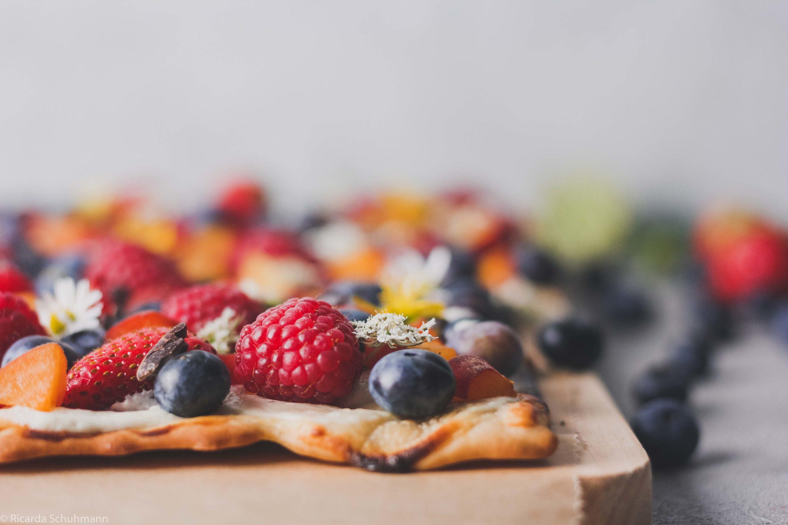 Flammkuchen gebacken mit Sauerteigresten und Beeren