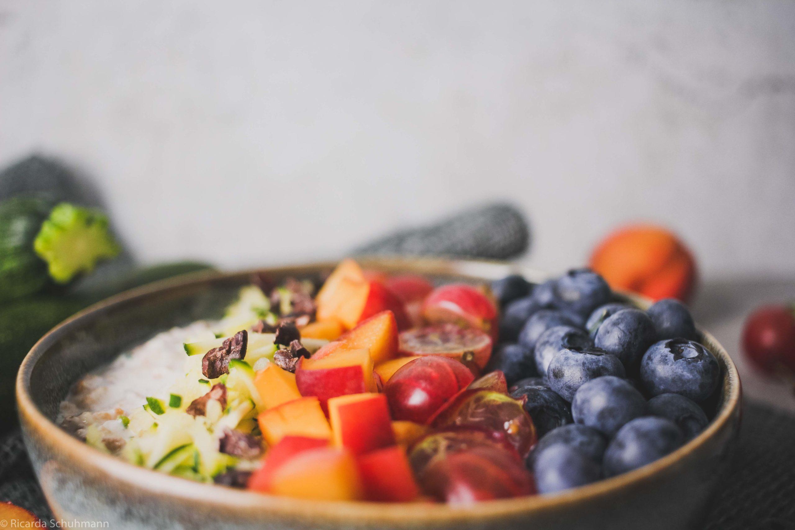 Fermentiertes Getreide mit Zucchini mit Beeren