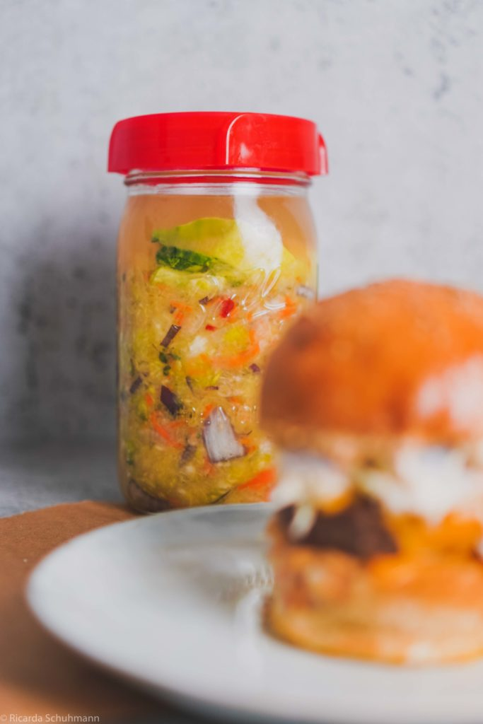 Beef Bulgogi Burger mit fermentiertem Krautsalat