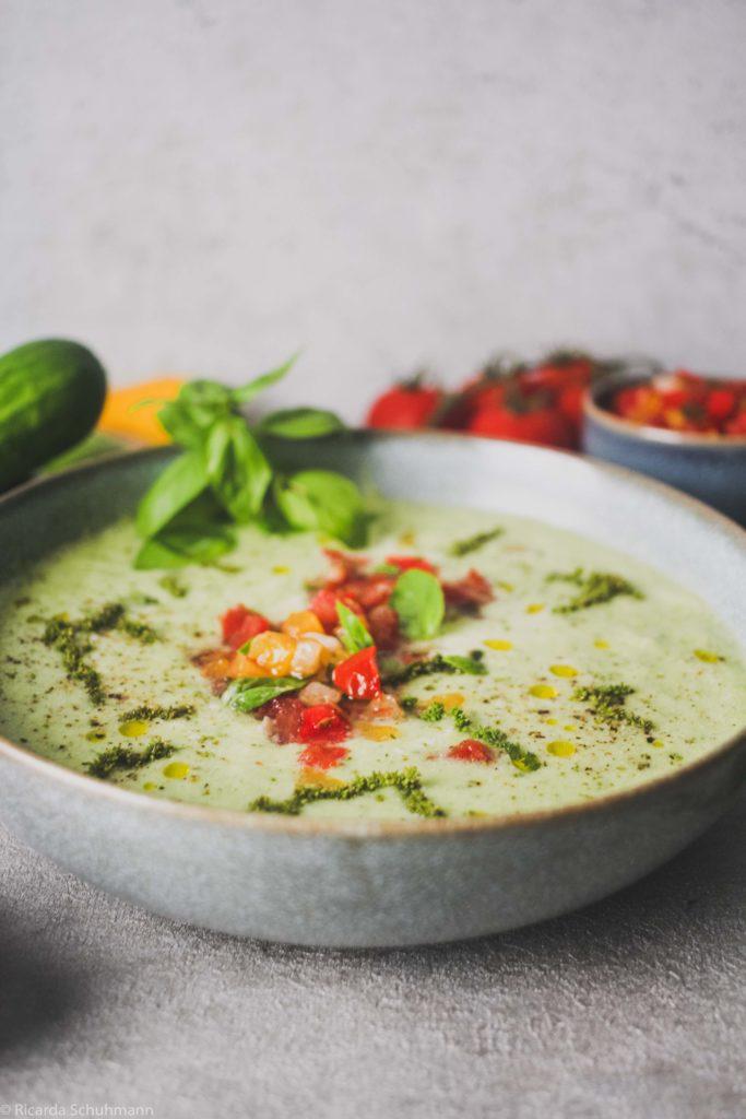 Gurken-Gazpacho mit fermentierter Tomaten-Salsa